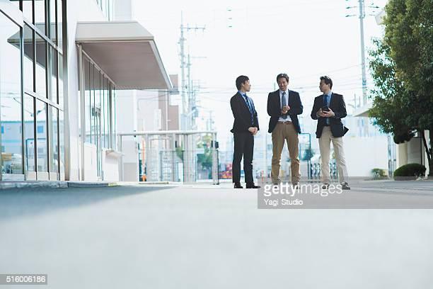 ビジネスの人々の独立したオフィスの外