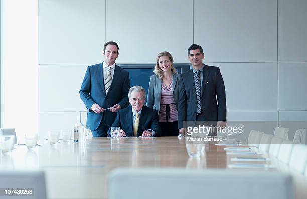 business people standing together in conference room - vier personen stockfoto's en -beelden