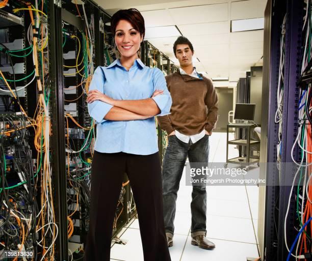 business people standing together in server room - maryland staat stockfoto's en -beelden