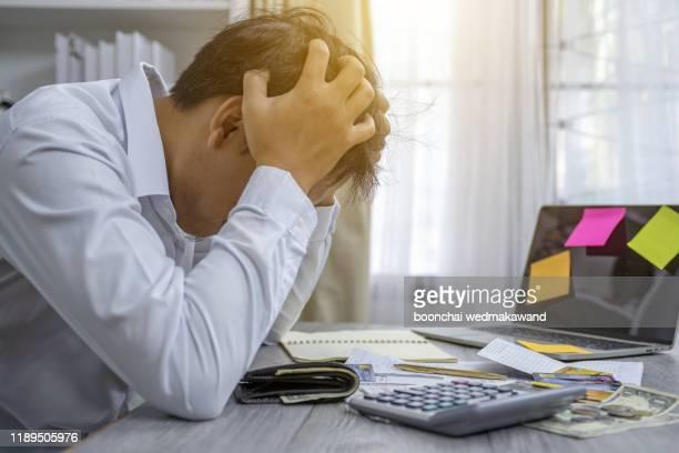 business people stress the cost - banqueroute photos et images de collection