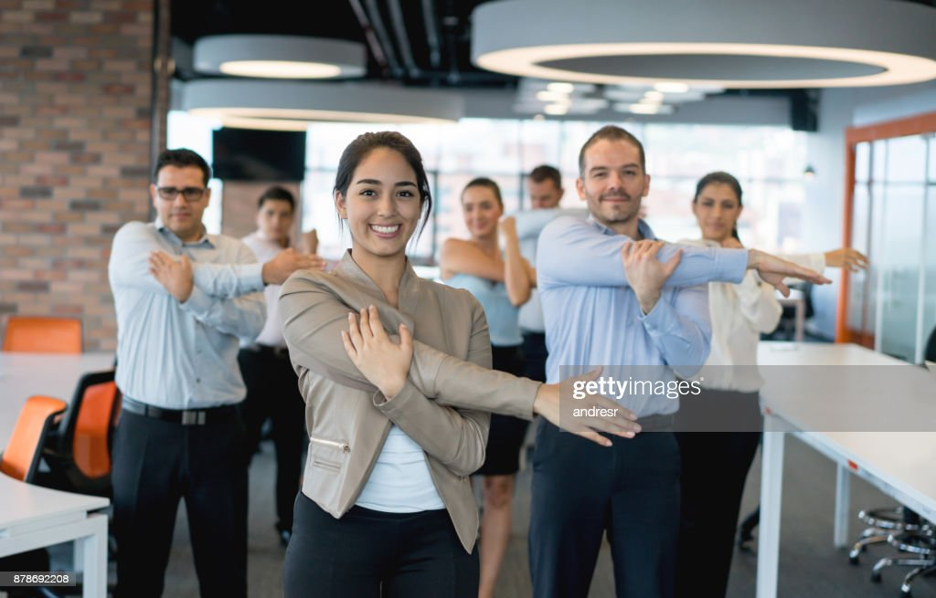 Geschäftsleute, die Dehnung im Büro : Stock-Foto