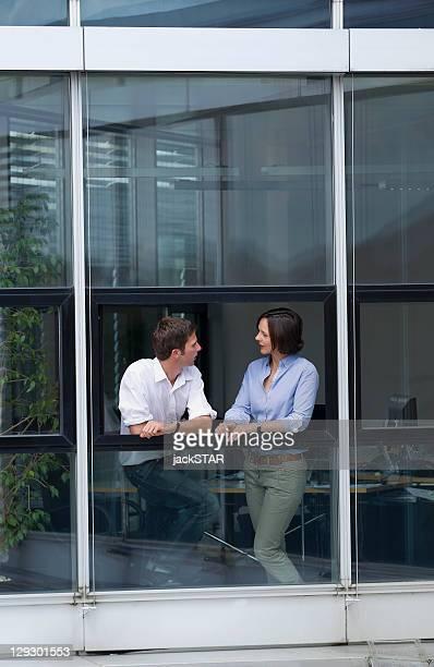 Geschäftsleute sprechen auf office-Fenster