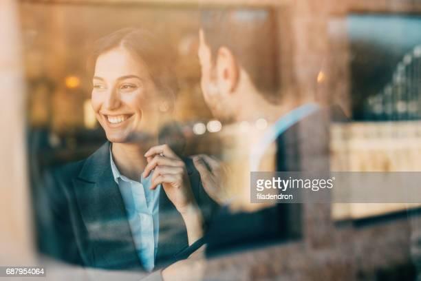 Geschäftsleute sprechen am Fenster