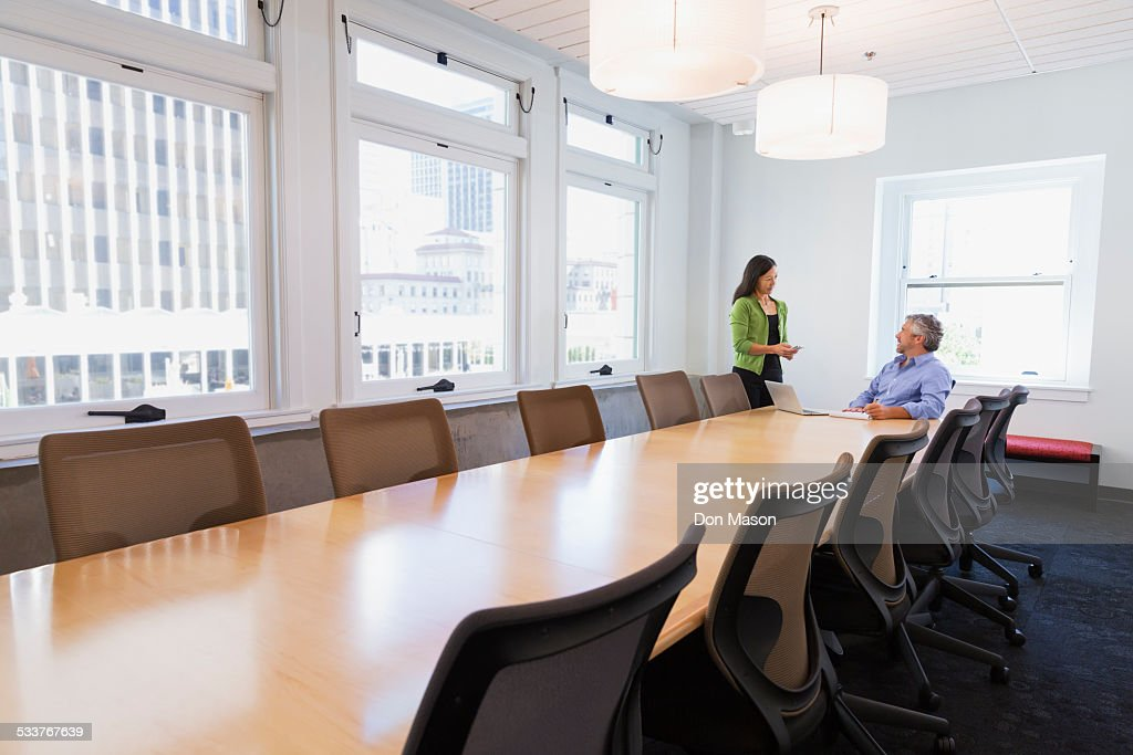 Business people talking in conference room : Foto stock