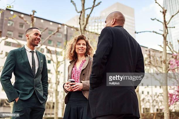 Hommes et femmes d'affaires parler à La défense, à Paris, en France