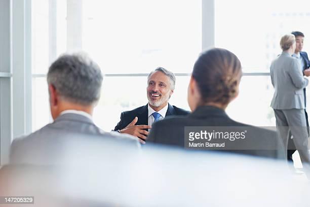 話しているビジネス人々のロビー
