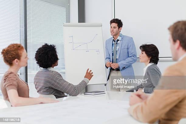geschäftsleute sprechen im meetingraum - überzeugen stock-fotos und bilder