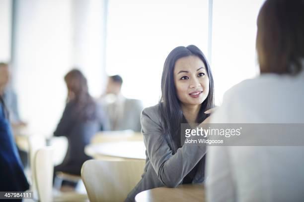 Gens d'affaires discutant dans le bureau