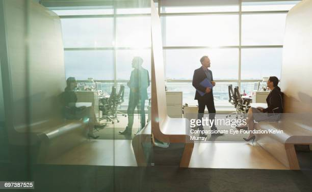 business people talking in office - bureau ameublement photos et images de collection