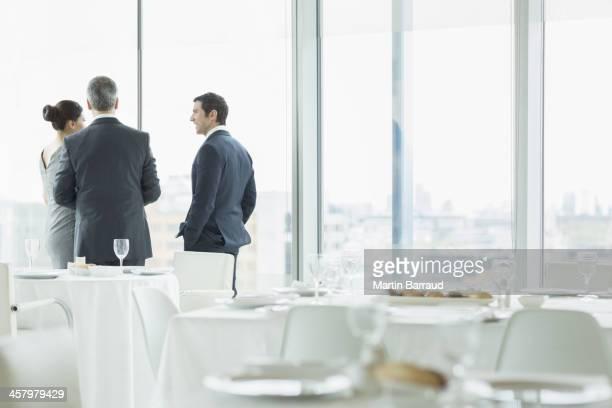 Geschäftsleute sprechen im restaurant