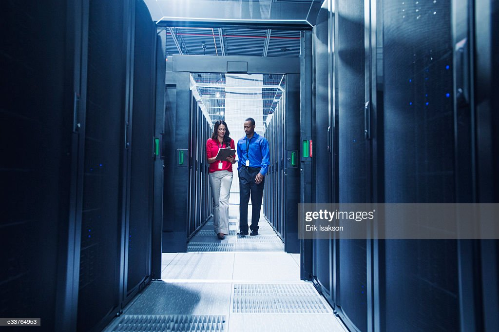 Business people talking in server room : Foto stock