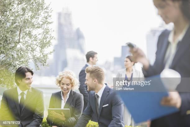 Pessoas de negócios conversar ao ar livre