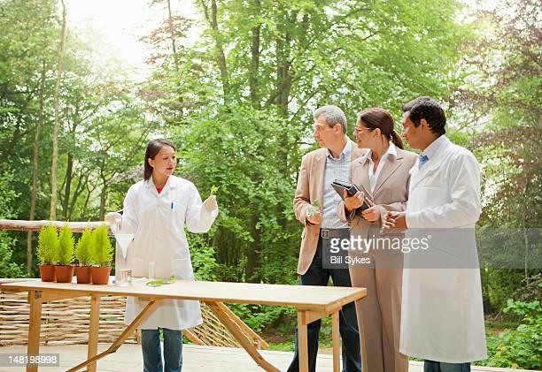 Geschäftsleute sprechen, mit Wissenschaftlern