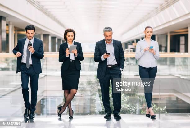 Gens d'affaires à envoyer des SMS