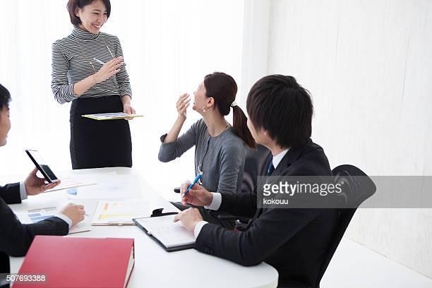 事業名様までのミーティングに、オフィスでの