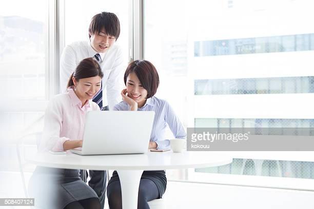 ビジネスには、オフィスの人々が喜んで、ディスカッションです。