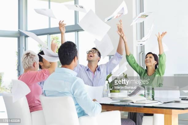 Geschäftsleute Herumwerfen Papier in Luft in den Meetingräumen