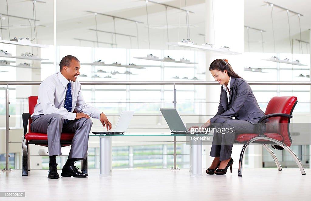 Business-Menschen Tippen auf laptop-Computer im Büro. : Stock-Foto