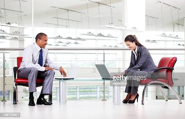 Business-Menschen Tippen auf laptop-Computer im Büro.