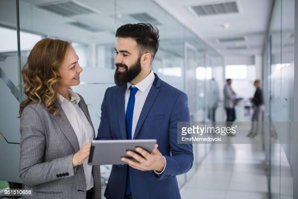 Empresarios con tableta digital en busca de datos en línea