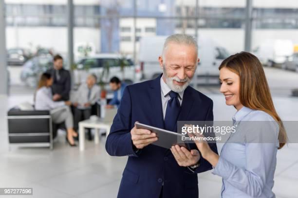 Geschäftsleute, die mit digital-Tablette auf der Suche nach Online-Daten