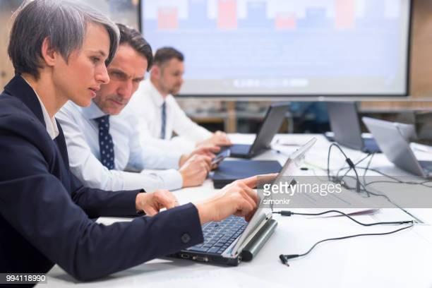 la gente de negocios usando computadora portátil - chaqueta negra fotografías e imágenes de stock
