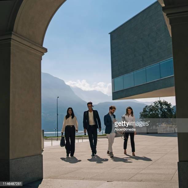 ビジネスマンは湖の遊歩道沿いを歩く - スイス ルガーノ ストックフォトと画像