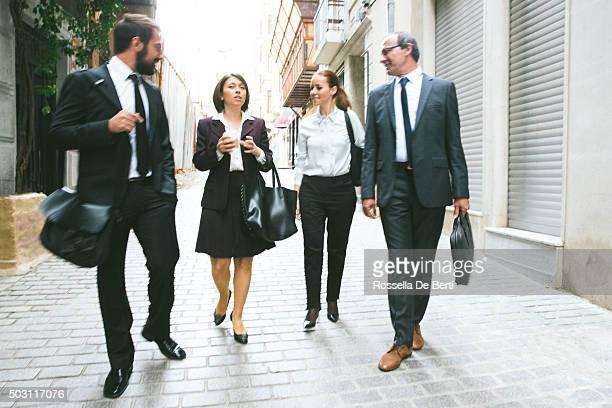 Gens d'affaires marchant le long de la rue d'Istanbul, en Turquie