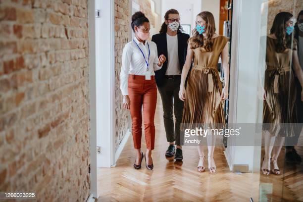 オフィスの廊下を歩くビジネスの人々 - ヤードポンド法 ストックフォトと画像