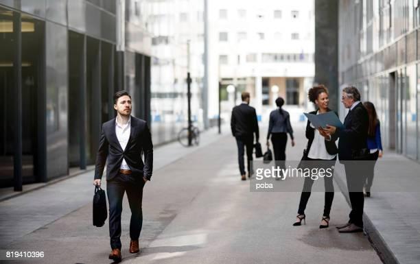 Geschäftsleute, die zu Fuß die Innenstadt von Geschäftsviertel