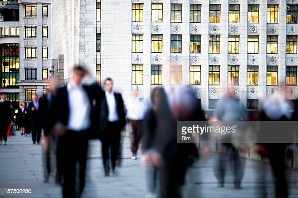 Gens d'affaires à la maison après le travail, de flou en mouvement, Londres, Angleterre
