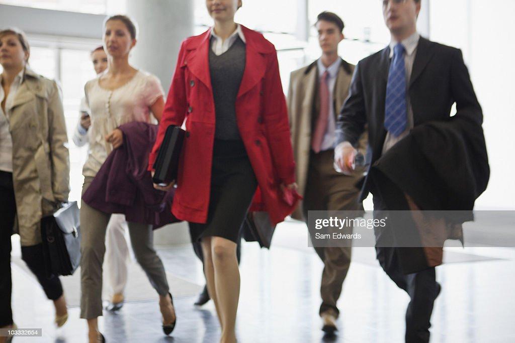 Gens d'affaires marchant dans le hall : Photo