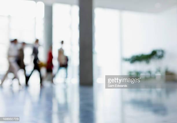 Business people walking in der lobby