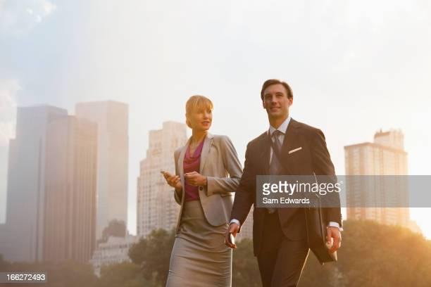 Business people walking in städtischen park