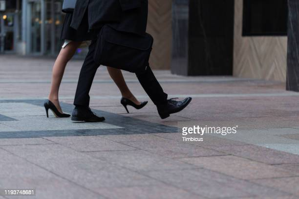 通りを歩くビジネスマン - 人の足 ストックフォトと画像