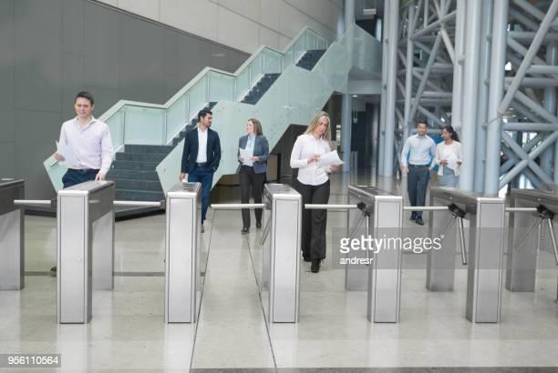 gente de negocios caminar fuera de un centro de negocios, pasando por los torniquetes de acceso - security check fotografías e imágenes de stock