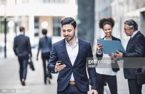 Geschäftsleute gehen im Freien das Bürogebäude