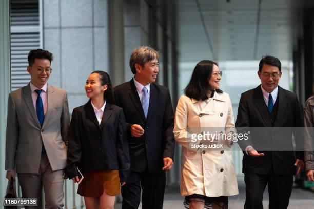 personnes d'affaires marchant en dehors du lieu de travail - cinq personnes photos et images de collection