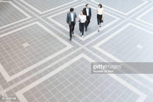 日本オフィス ロビー、オーバーヘッドがビューを歩いているビジネス人々