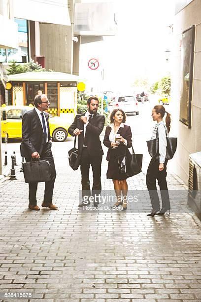 Las personas de negocios caminando A una reunión