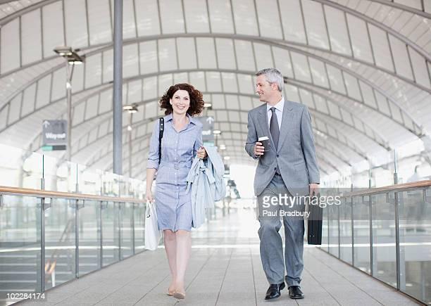 Business people walking zusammen