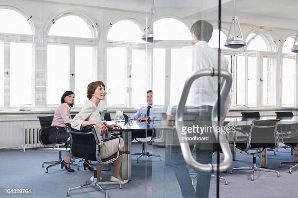 business persone guardare la collega entrare ufficio - presidente foto e immagini stock