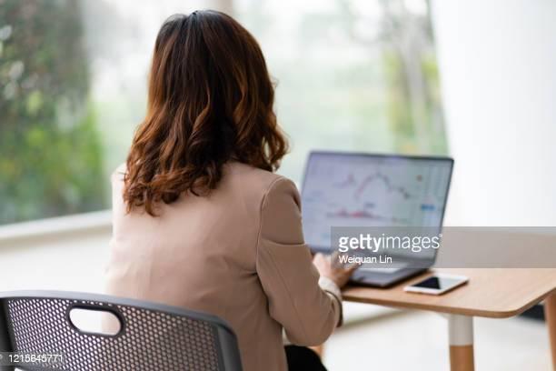 business people watching stock market quotes - börsenhandel finanzberuf stock-fotos und bilder