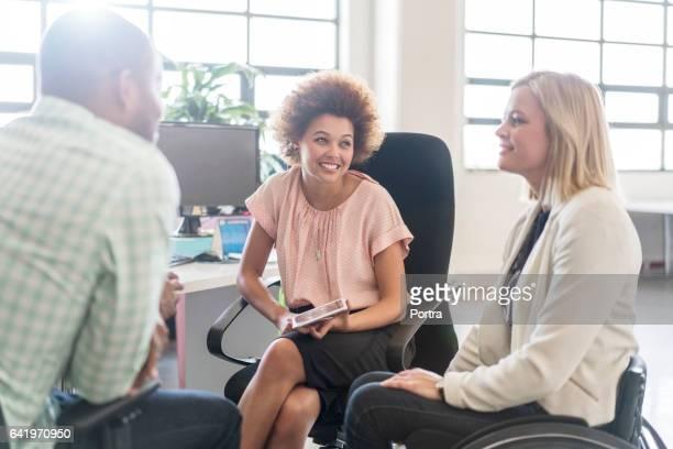 Empresarios con discapacidad colega en la oficina