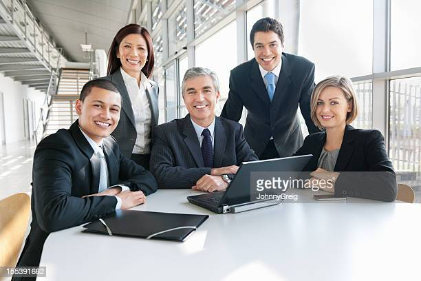 geschäftsleute mit laptop bei der arbeit - fünf personen stock-fotos und bilder