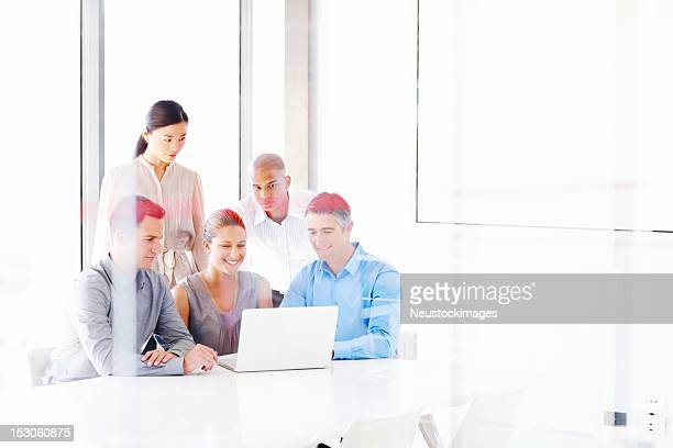 Geschäftsleute Arbeiten auf Laptop-Computer