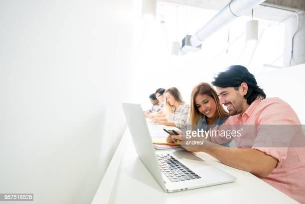 Geschäftsleute, die an ein Coworking-Space auf einem Handy