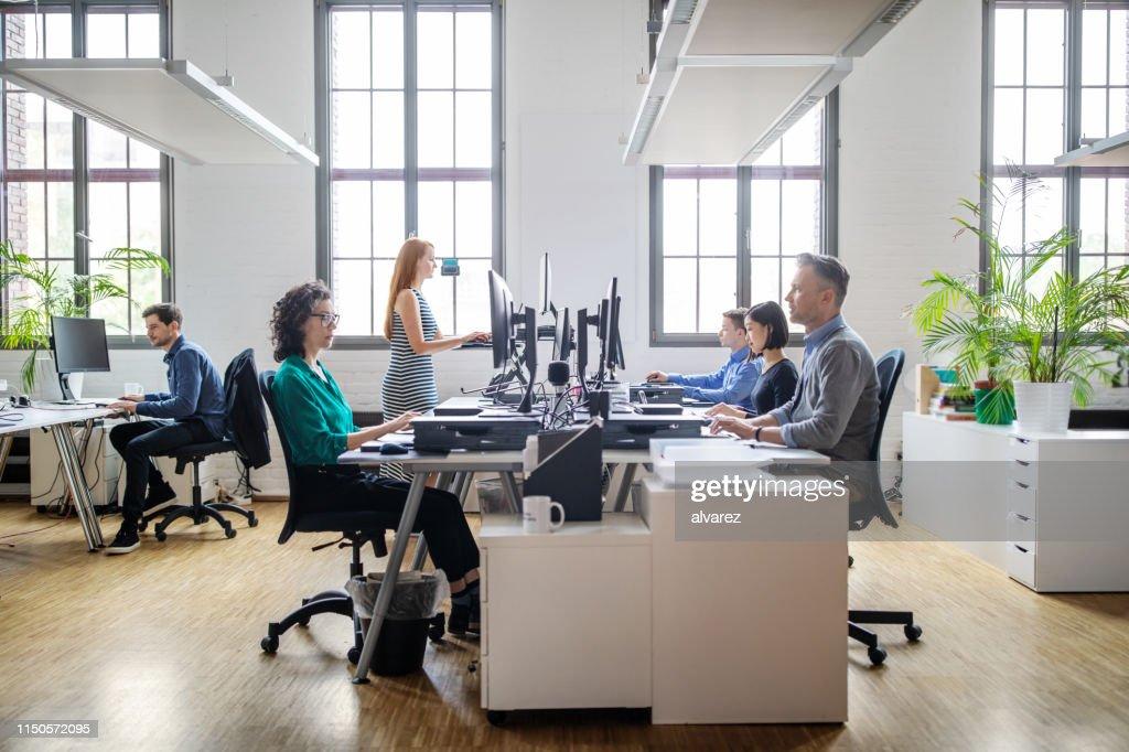 Zakenmensen werken bij een modern kantoor : Stockfoto