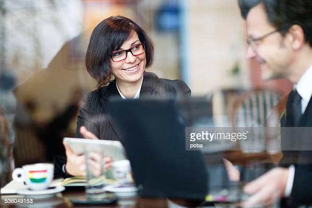 Femmes d'affaires travaillant au café