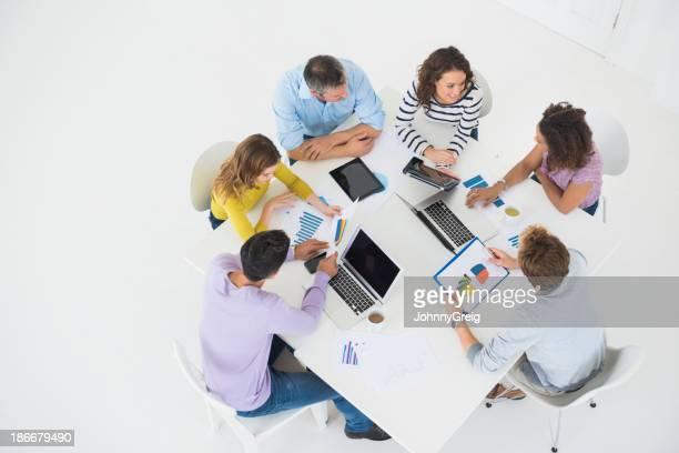 pessoas de negócios, trabalhando na mesa de conferência - mesa de reunião - fotografias e filmes do acervo
